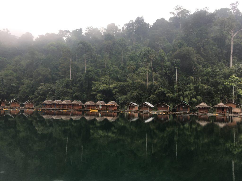 Nakvynė ant vandens plūduriuojančiuose nameliuose Cheow lan parke
