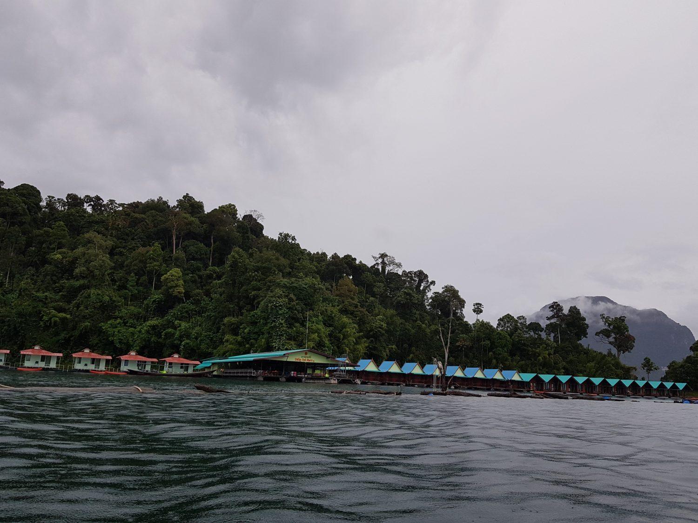 nameliai ant ezero