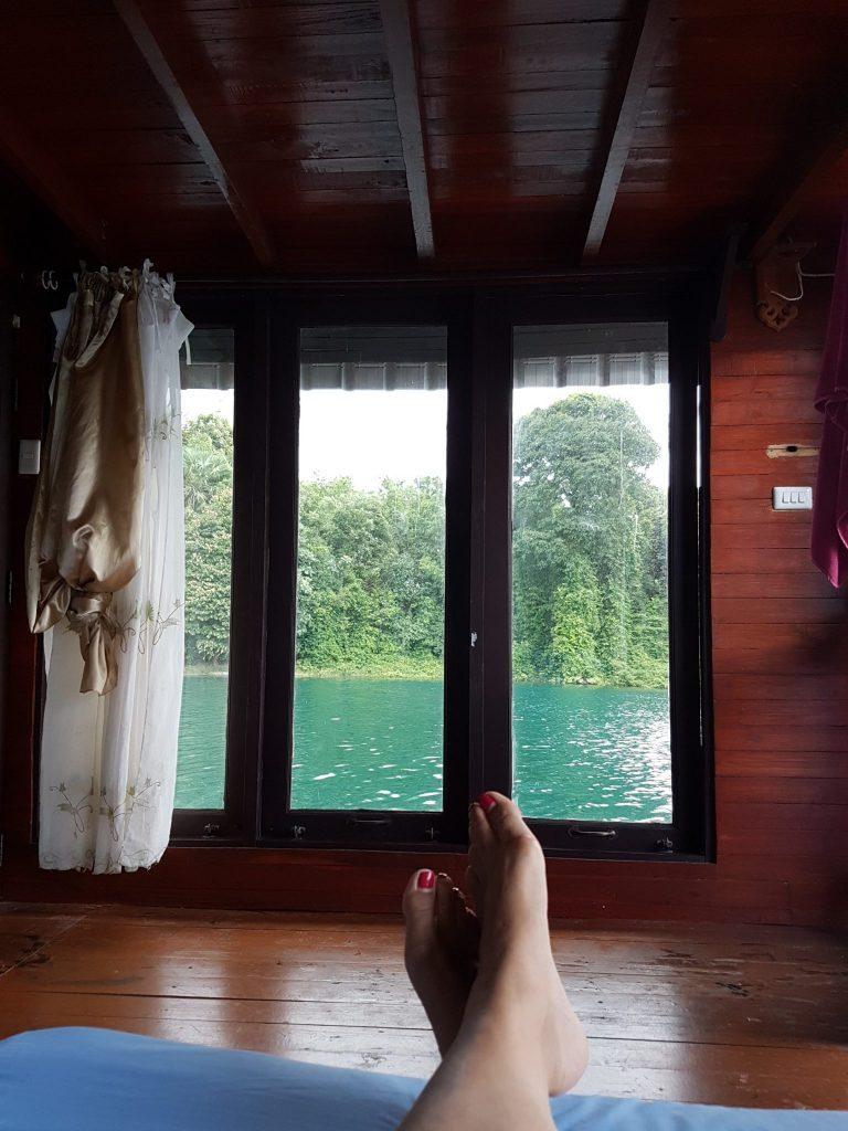 Vaizdas iš plūduriuojančio namelio lovos