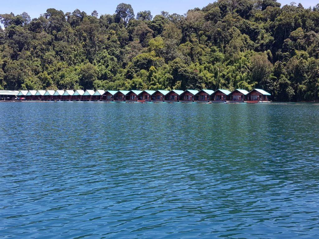 Nameliai ant ežero