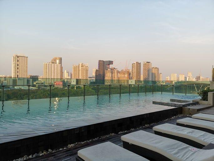 Vaizdas iš viešbučio baseino