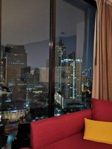 Bankokas sutemus pro viešbučio kambario langą