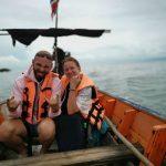 Simona ir Tomas Kupečiai stebi delfinus Khanom