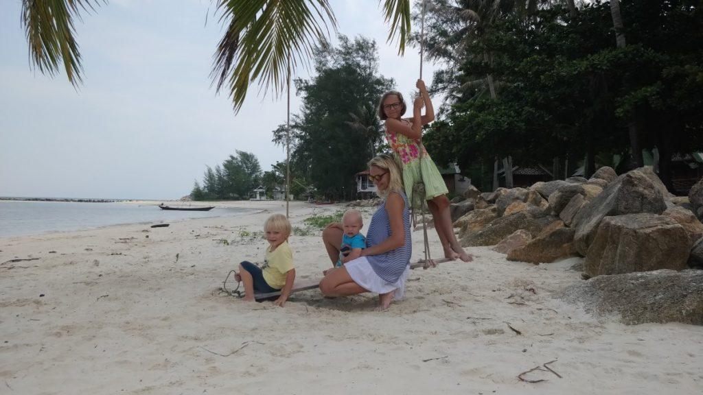 paplūdimyje su vaikais tailande
