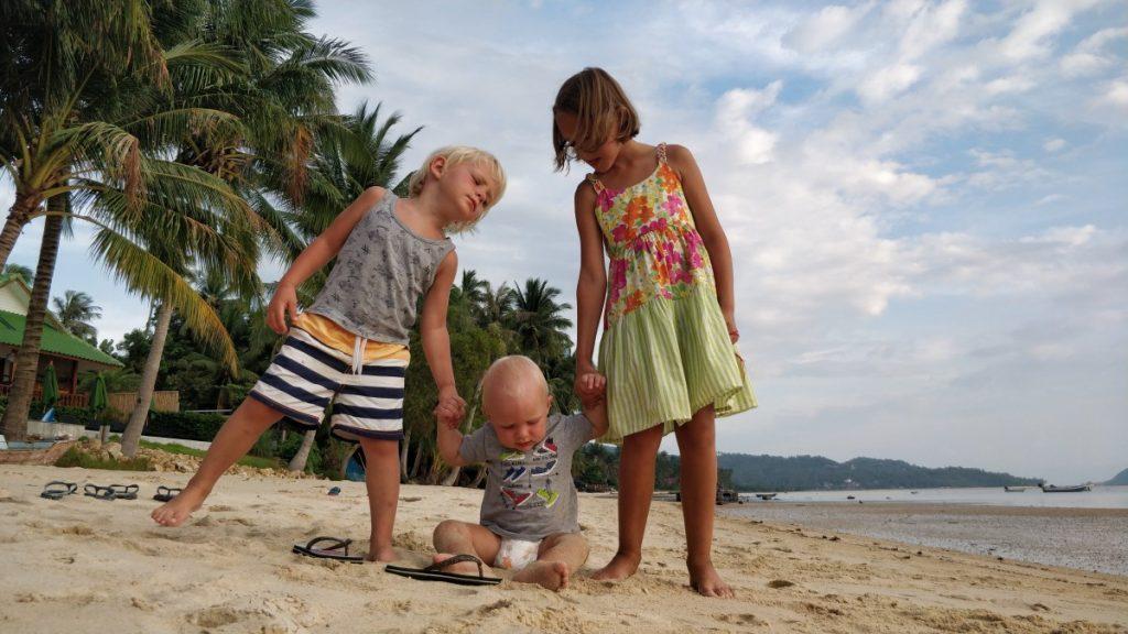 su trimis vaikais tailande