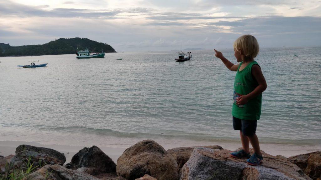 gyvenimas tailando saloje su trimis vaikais