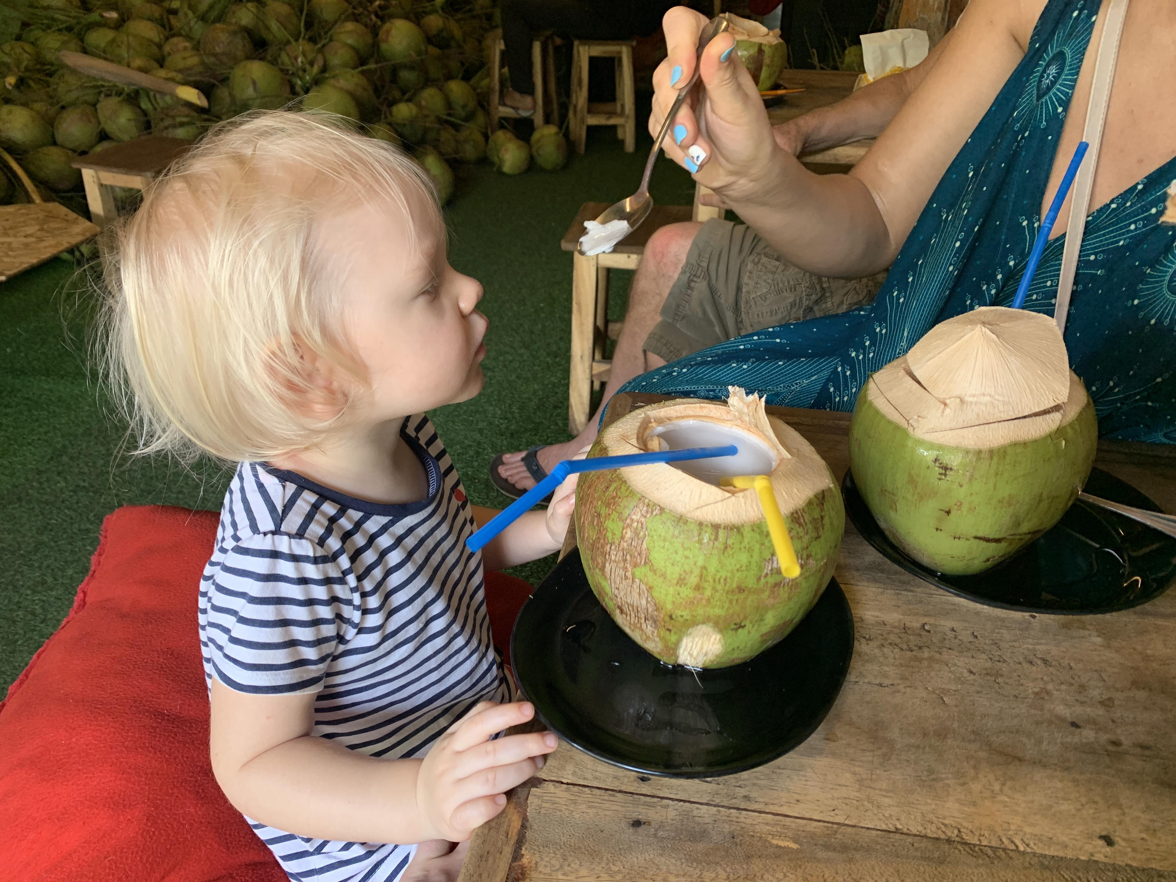 Mažoji Leonora puikiai prisitaike keliaujant po tailanda