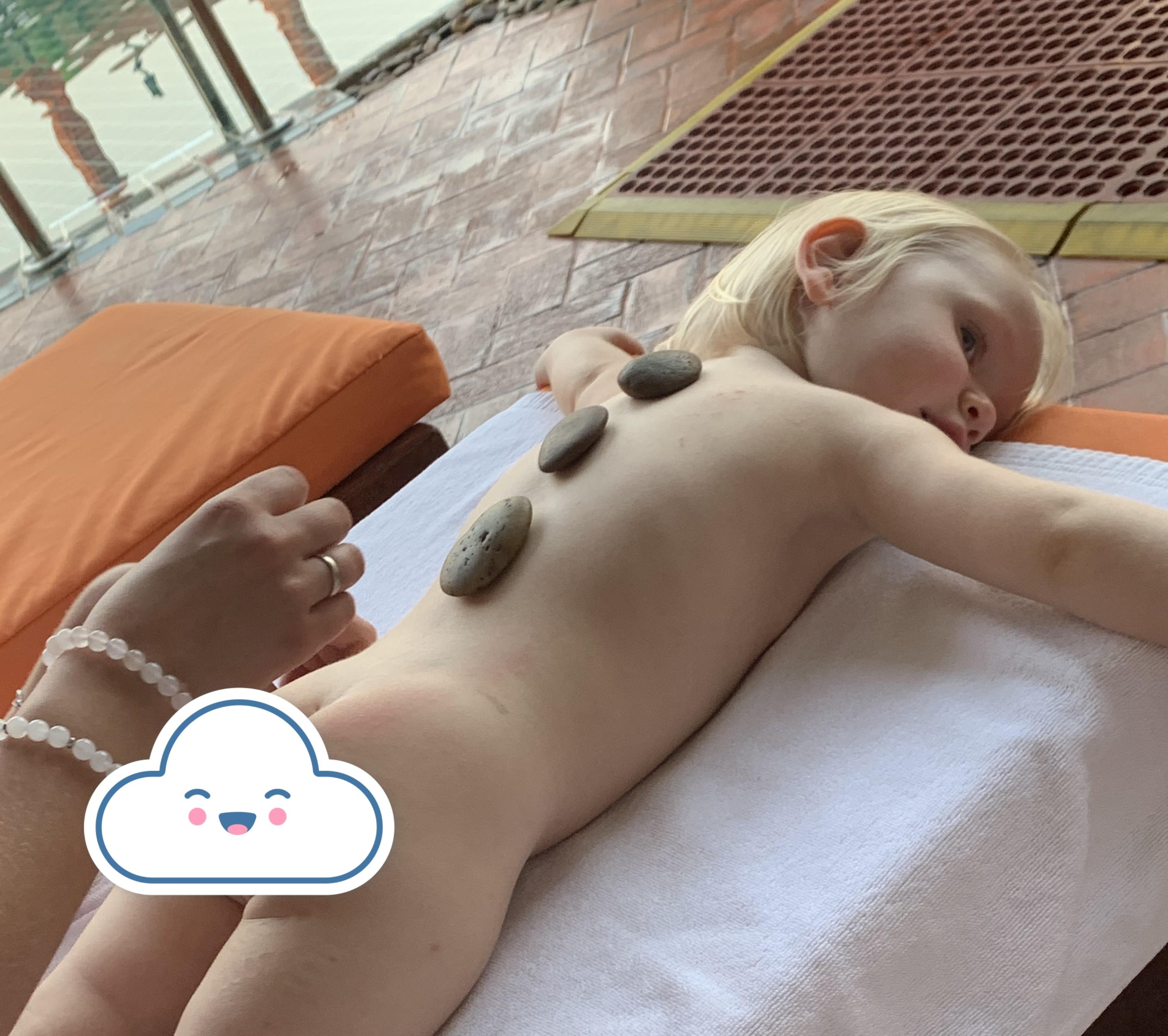 Leonora džiaugiasi tailandietišku masažu