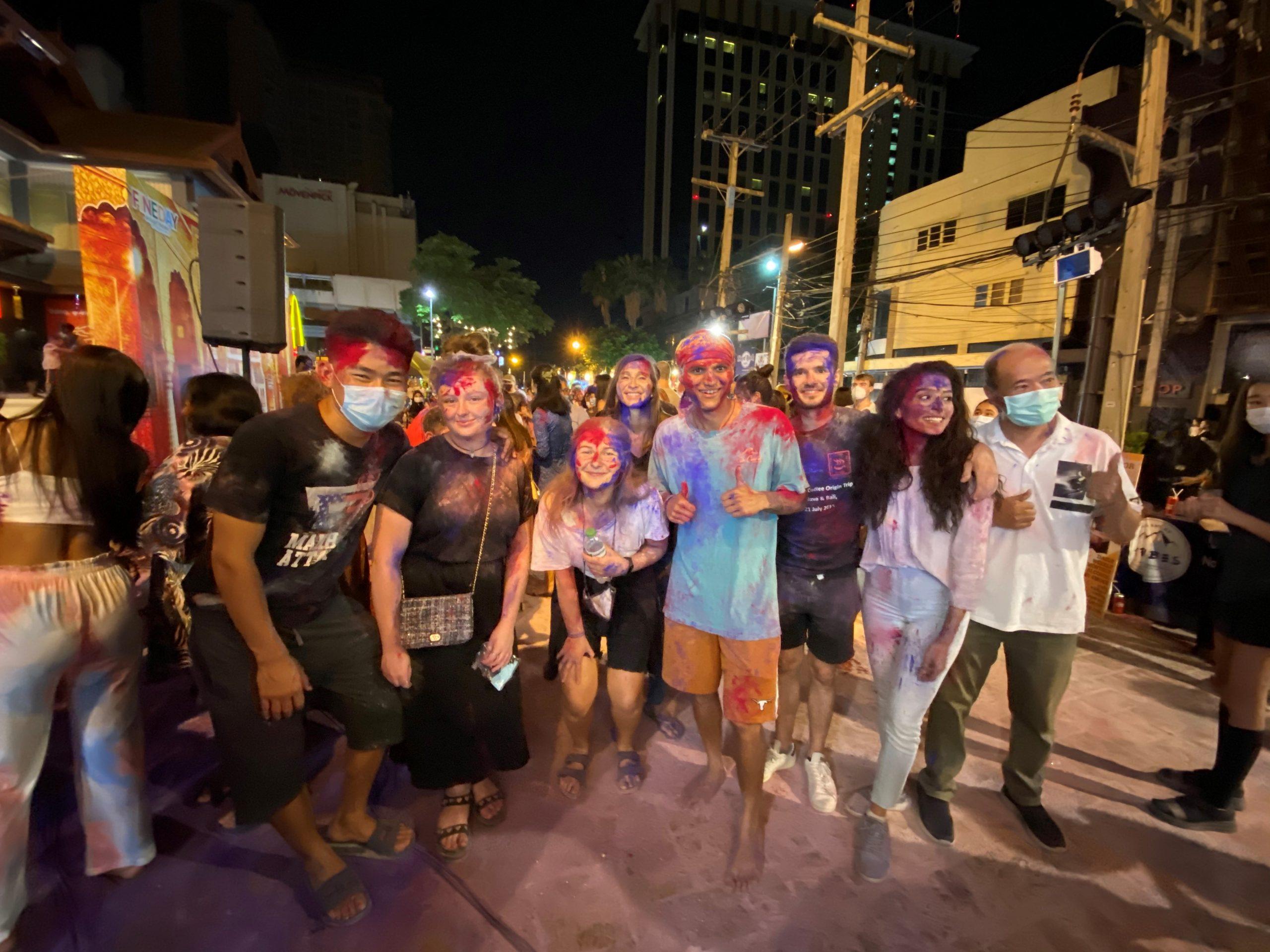 Eglė draugų būryje Chiang Mai švenčia Holi šventę
